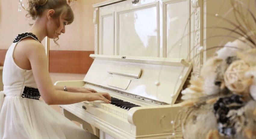 best White keyboard piano